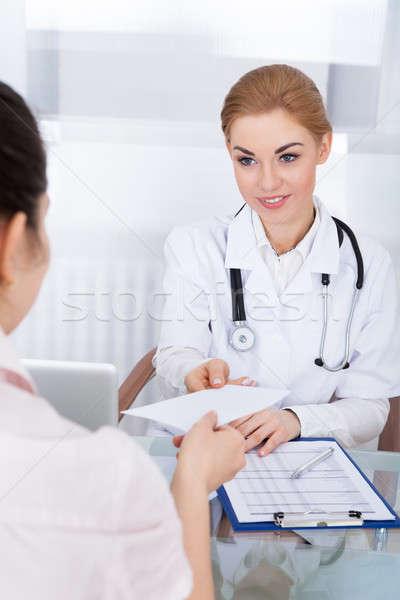 Medico prescrizione paziente giovani femminile clinica Foto d'archivio © AndreyPopov