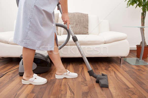 Jeunes soubrette nettoyage étage aspirateur femme Photo stock © AndreyPopov