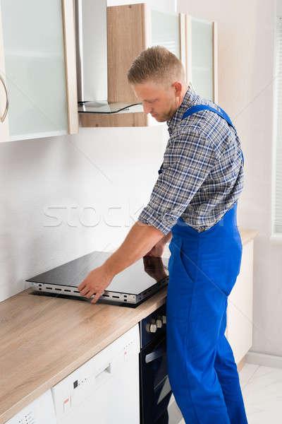 Szerelő installál fiatal konyha munkás belső Stock fotó © AndreyPopov