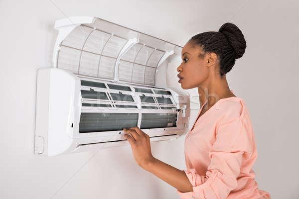 Femme climatiseur jeunes africaine maison mur Photo stock © AndreyPopov