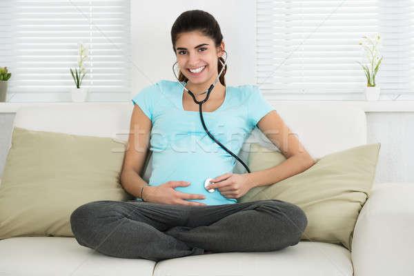 Retrato mulher grávida escuta bebê batida de coração feliz Foto stock © AndreyPopov