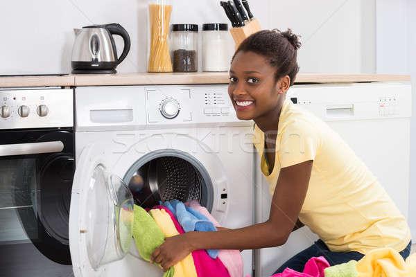 Femeie haine masina de spalat tineri african acasă Imagine de stoc © AndreyPopov