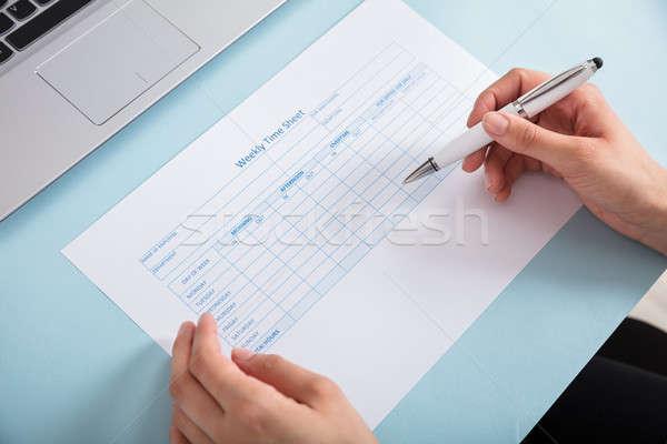 деловая женщина заполнение еженедельно время лист Сток-фото © AndreyPopov
