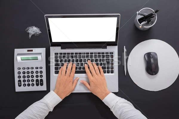 Stockfoto: Zakenvrouw · met · behulp · van · laptop · laptop · bureau · business