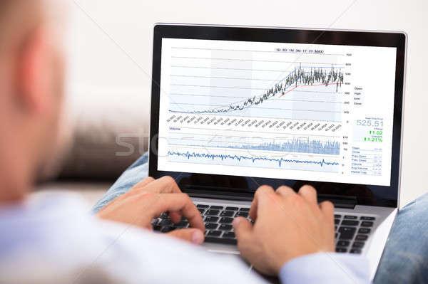 Zakenman beurs grafiek laptop hand Stockfoto © AndreyPopov