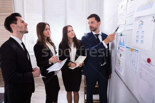 Mirando gráficos adjunto grupo Foto stock © AndreyPopov