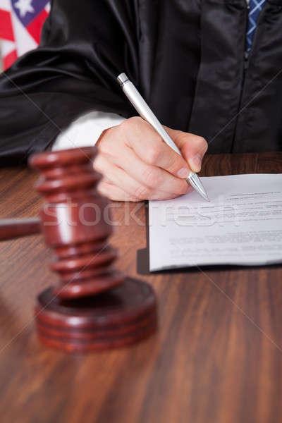 Férfi bíró ír papír közelkép tárgyalóterem Stock fotó © AndreyPopov