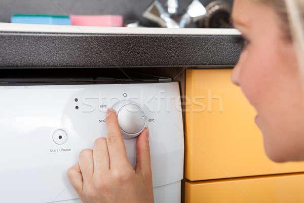 Kadın bulaşık makinesi mutfak kız mutlu Stok fotoğraf © AndreyPopov