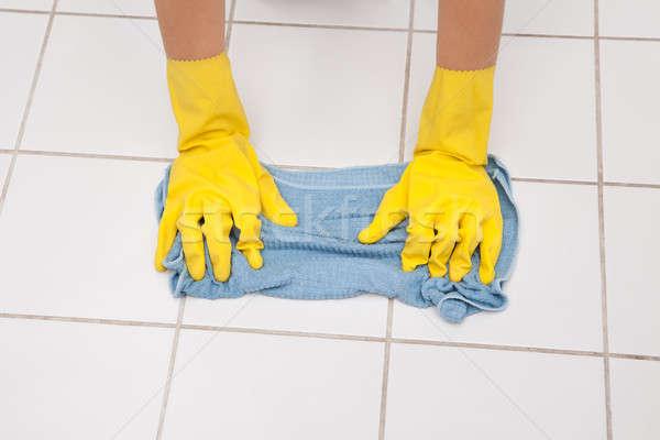 Jeunes soubrette nettoyage étage Photo stock © AndreyPopov