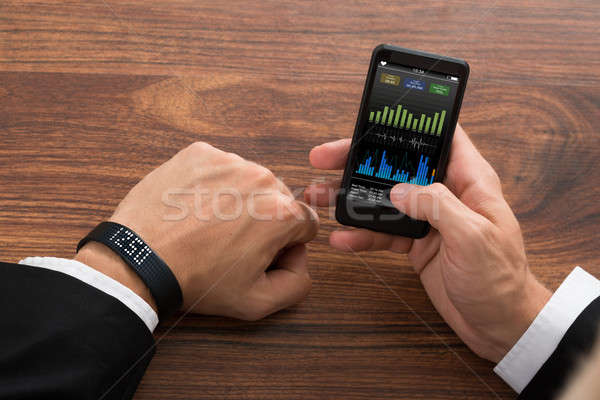 Imprenditore fitness statistiche telefono cellulare primo piano Smart Foto d'archivio © AndreyPopov