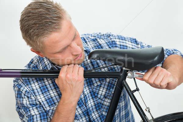 Mann Fahrrad Sitz Porträt junger Mann Schraubenschlüssel Stock foto © AndreyPopov