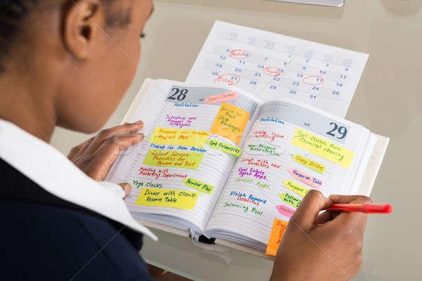 Kobieta interesu piśmie harmonogram dziennik kalendarza Zdjęcia stock © AndreyPopov