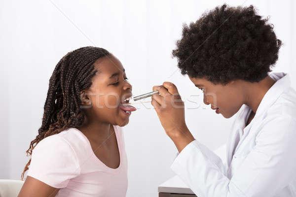 Médico garganta jovem feminino clínica Foto stock © AndreyPopov