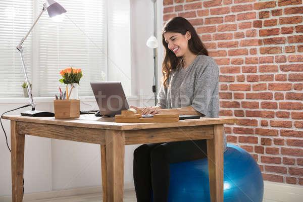 üzletasszony ül fitnessz labda dolgozik iroda Stock fotó © AndreyPopov