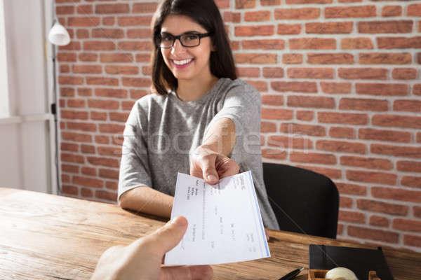 Femme offrant société chèque souriant jeune femme Photo stock © AndreyPopov