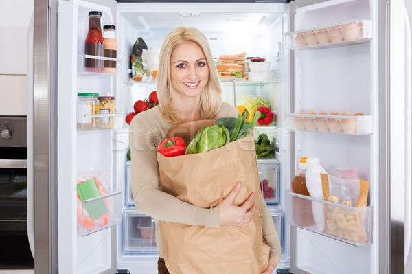 Uśmiechnięty młoda kobieta torby papierowe artykuły spożywcze stałego Zdjęcia stock © AndreyPopov