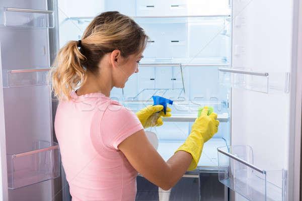 Femme gants nettoyage réfrigérateur jeune femme Photo stock © AndreyPopov