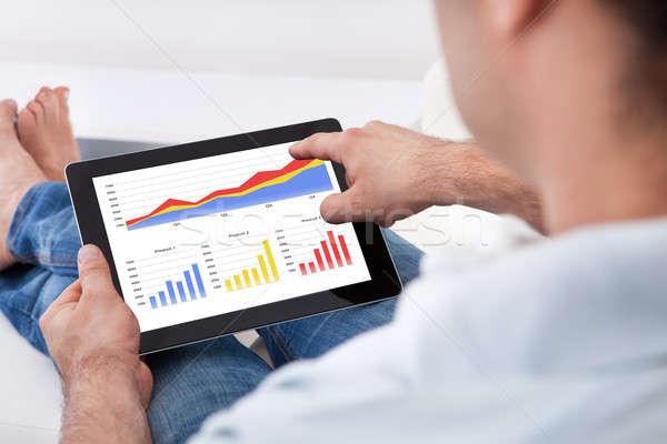 Hombre financieros estadística primer plano tableta Screen Foto stock © AndreyPopov