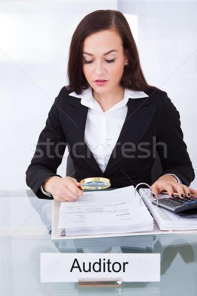 Revisor financiële documenten jonge vrouwelijke bureau Stockfoto © AndreyPopov