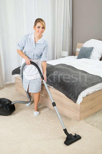 Governanta limpeza aspirador de pó feminino tapete quarto de hotel Foto stock © AndreyPopov