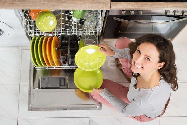 Kadın ev işi görmek genç kadın mutfak Stok fotoğraf © AndreyPopov