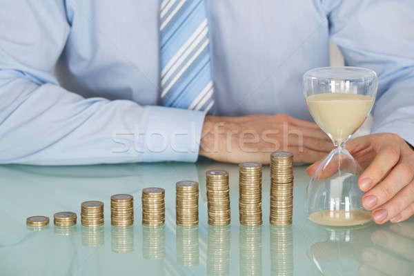Empresário ampulheta moedas Foto stock © AndreyPopov