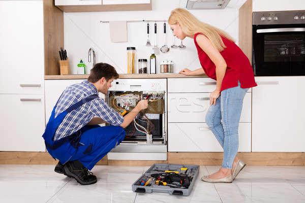 техник посудомоечная машина кухне глядя мужчины Сток-фото © AndreyPopov