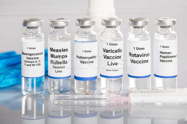 Spritze Impfstoff Flaschen unterschiedlich Etiketten Zeile Stock foto © AndreyPopov