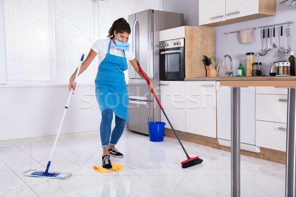 Feminino multitarefa jovem cozinha casa Foto stock © AndreyPopov