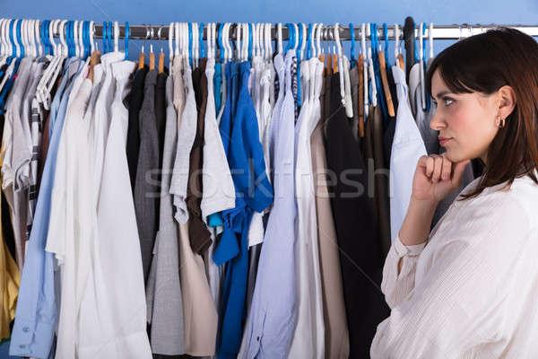 Mujer mirando ropa rail vista lateral Foto stock © AndreyPopov