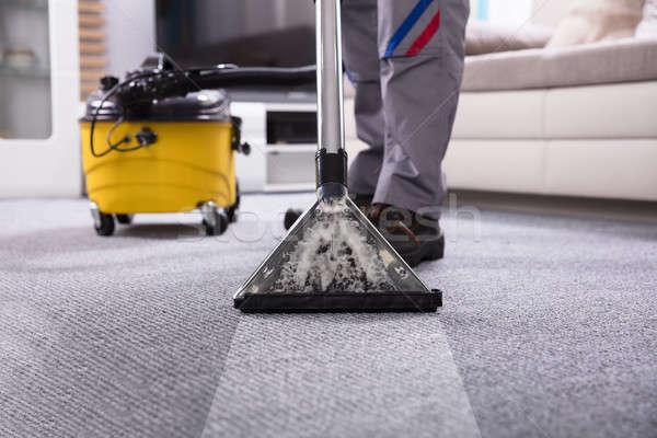 Persona pulizia tappeto aspirapolvere basso sezione Foto d'archivio © AndreyPopov