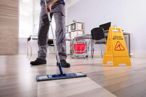 Zdjęcia stock: Mężczyzna · woźny · czyszczenia · piętrze · biuro · niski