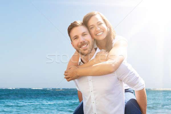 Feliz hombre a cuestas esposa playa retrato Foto stock © AndreyPopov