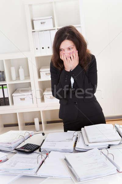 Scioccato imprenditrice finanziaria documenti ufficio donna Foto d'archivio © AndreyPopov