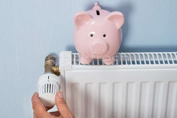 Hombre termostato alcancía radiador primer plano Foto stock © AndreyPopov