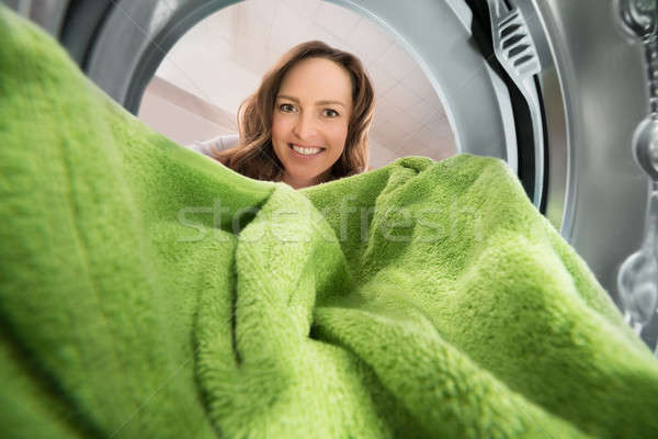 Kobieta ręcznik widoku wewnątrz pralka szczęśliwy Zdjęcia stock © AndreyPopov