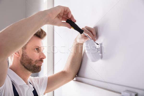 Techniker Installation Sicherheit Tür Sensor jungen Stock foto © AndreyPopov