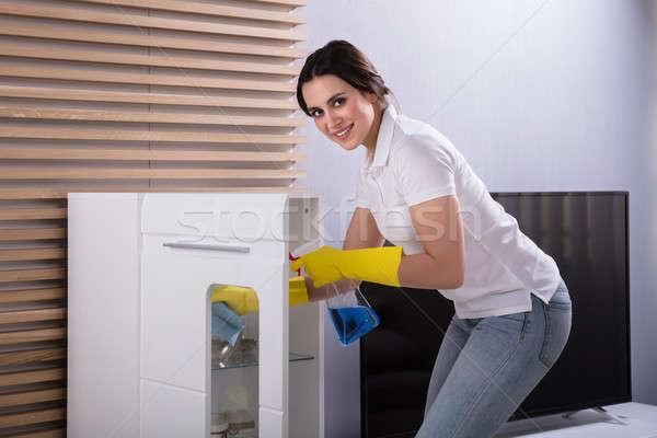 Mujer limpieza muebles aerosol retrato sonriendo Foto stock © AndreyPopov