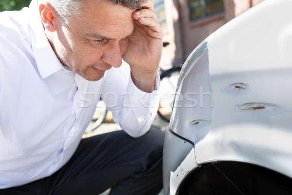 Photo stock: Homme · regarder · endommagé · voiture · homme · mûr
