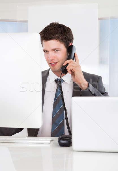 Foto stock: Empresario · hablar · teléfono · jóvenes · sesión · ordenador