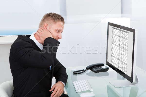 Biznesmen studia online arkusz kalkulacyjny pulpit monitor Zdjęcia stock © AndreyPopov