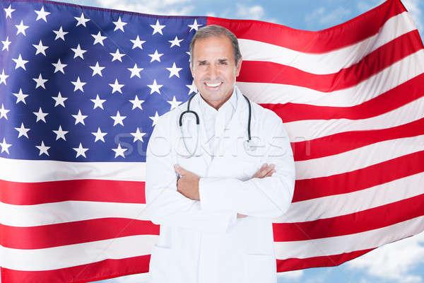 Portrait heureux maturité médecin de sexe masculin permanent drapeau américain Photo stock © AndreyPopov