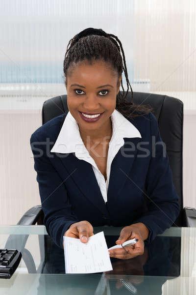 Femme d'affaires offrant chèque portrait jeunes femme Photo stock © AndreyPopov
