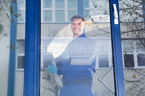 Szczęśliwy dojrzały mężczyzna pracownika czyszczenia szkła Zdjęcia stock © AndreyPopov