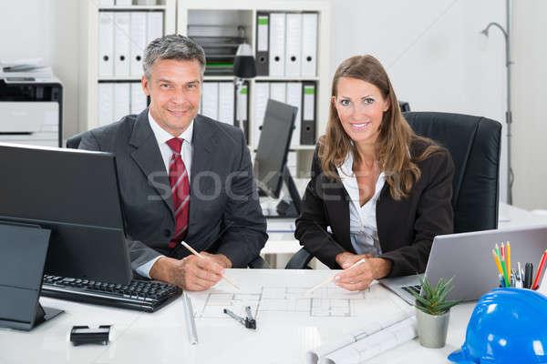 Werken blauwdruk bureau portret mannelijke vrouwelijke Stockfoto © AndreyPopov