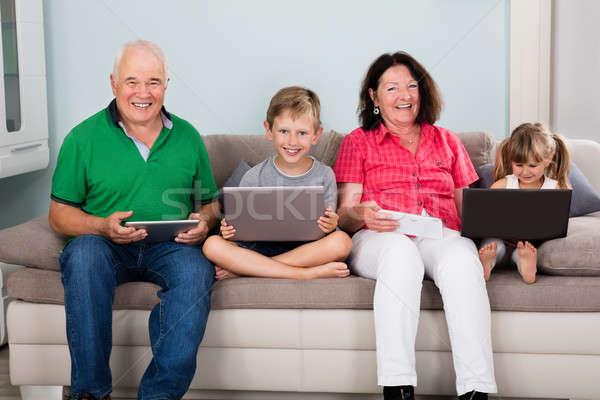 Stock fotó: Család · laptopok · digitális · ül · kanapé · laptop