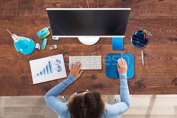 üzletasszony számítógéphasználat iroda kilátás fekete képernyő Stock fotó © AndreyPopov
