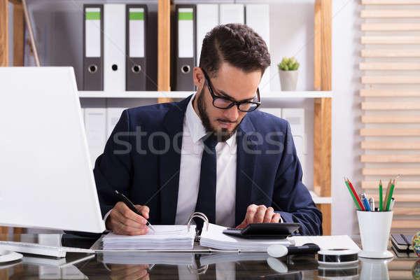 üzletember számla számológép iroda számítógép papír Stock fotó © AndreyPopov