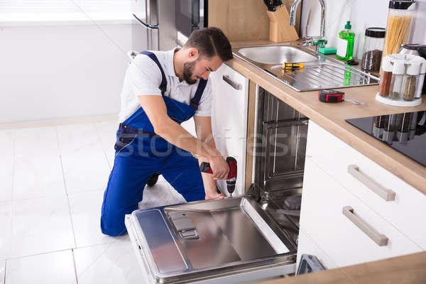Technik zmywarka młodych mężczyzna kuchnia Zdjęcia stock © AndreyPopov
