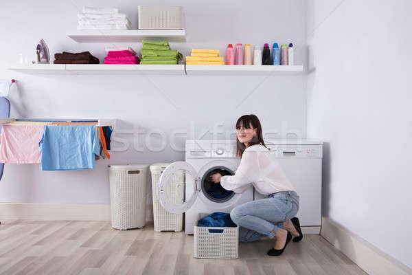 Kadın kirli bez çamaşır makinesi genç kadın çamaşırhane Stok fotoğraf © AndreyPopov
